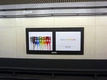Anúncio nano-cromático de iPod Nano na parede no metro da rua de BART Powell fotografia de stock