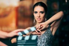 Anúncio publicitário video protagonizando em modelo glamoroso da campanha da forma fotografia de stock