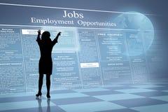 Anúncios do emprego on-line da leitura da mulher da silhueta Fotografia de Stock
