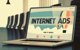 Anúncios do Internet no portátil na sala de conferências 3d Fotografia de Stock Royalty Free