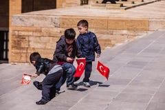 Anıtkabir的三个未认出的男孩在安卡拉,土耳其 库存照片