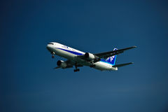 ANA 767-300ER sur la finale Photos stock