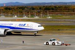 ANA Airplane stijgt op Stock Foto's