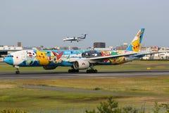 ANA All Nippon Airways Boeing 777 αερολιμένας Pokemon Οζάκα Itami στοκ εικόνα