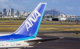 ANA Boeing 767 på den Honolulu flygplatsen Royaltyfria Bilder