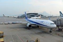 ANA Boeing 767-300 på Hong Kong Airport Arkivbild