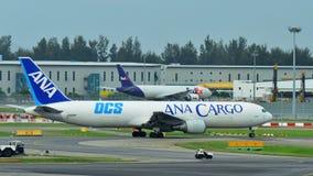 ANA Cargo Boeing 767 fraktbåt som åker taxi på den Changi flygplatsen Arkivbilder