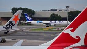 ANA Cargo Boeing 767 fraktbåt som åker taxi på den Changi flygplatsen Royaltyfri Bild