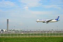 ANA Cargo hyvlar landning till landningsbanor på den internationella flygplatsen för suvarnabhumien i Bangkok, Thailand arkivbilder