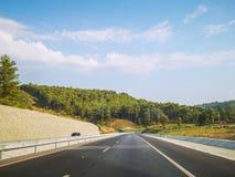 Ana för boÅŸ för Fethiye `-ye yol/tom huvudvägen till Fethiye, MuÄŸla, Turkiet royaltyfri foto
