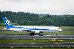 ANA flygplan - Boeing 767-381 - som beskattar på Narita den internationella flygplatsen Arkivfoto