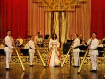 Ana Maria Donosa otaczaj?cy facetami z rogiem przy teatrem magazyn Constantin Tanase obraz royalty free