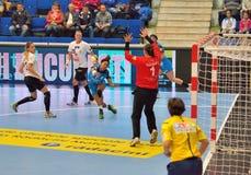 Ana Paula Rodrigues, giocatore degli attacchi di CSM Bucarest durante la partita con MKS Selgros Lublino Fotografie Stock Libere da Diritti