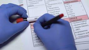 ANA prov, doktor som kontrollerar sjukdomar i labbmellanrumet som visar blodprövkopian i rör stock video