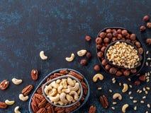 Anacardio, pecan, pinoli, nocciole sul blu Fotografia Stock