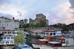 Anadolu Hisar och fiskebåtar Arkivbild