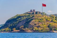 Anadolu Kavagi med den Yoros slotten Royaltyfri Fotografi