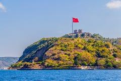 Anadolu Kavagi med den Yoros slotten Arkivfoto