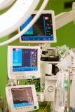 Anaesthesiolog surveille la pièce en fonction de chirurgie Image libre de droits