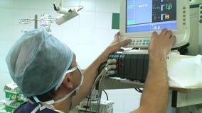 Anaesthesiologist in verrichtingsruimte stock videobeelden