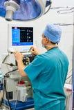 Anaesthesiologist in verrichtingsruimte Stock Afbeeldingen