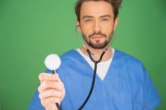 Anaesthetist или доктор держа стетоскоп стоковая фотография