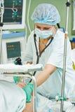 Anaesthetist хирургии работая на деятельности стоковое фото rf