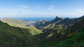 Anaga山脉的美好的全景与海洋的 库存照片