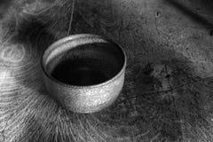 Anagama encendió el cuenco en el fondo de madera imagen de archivo