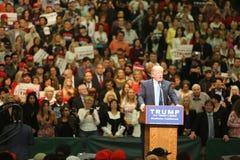 ANAHEIM CALIFÓRNIA, o 25 de maio de 2016: Os milhares de suportes, sinais da onda e mostram seu apoio para o candidato presidenci Imagem de Stock