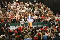 ANAHEIM CALIFÓRNIA, o 25 de maio de 2016: Os milhares de suportes, sinais da onda e mostram seu apoio para o candidato presidenci Foto de Stock Royalty Free