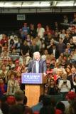 ANAHEIM CALIFÓRNIA, o 25 de maio de 2016: Os milhares de suportes, sinais da onda e mostram seu apoio para o candidato presidenci Fotografia de Stock Royalty Free