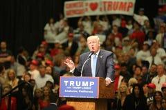 ANAHEIM CALIFÓRNIA, o 25 de maio de 2016: Os milhares de suportes, sinais da onda e mostram seu apoio para o candidato presidenci Fotos de Stock Royalty Free