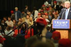 ANAHEIM CALIFÓRNIA, o 25 de maio de 2016: Os milhares de suportes, sinais da onda e mostram seu apoio para o candidato presidenci Imagem de Stock Royalty Free