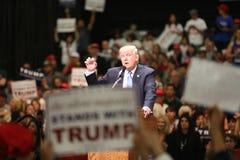 ANAHEIM CALIFÓRNIA, o 25 de maio de 2016: Os milhares de suportes, sinais da onda e mostram seu apoio para o candidato presidenci Fotografia de Stock