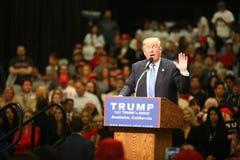 ANAHEIM CALIFÓRNIA, o 25 de maio de 2016: Os milhares de suportes, sinais da onda e mostram seu apoio para o candidato presidenci Imagens de Stock