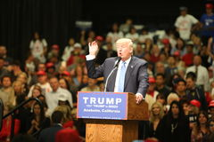 ANAHEIM CALIFÓRNIA, o 25 de maio de 2016: Os milhares de suportes, sinais da onda e mostram seu apoio para o candidato presidenci imagens de stock royalty free
