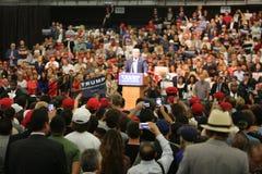 ANAHEIM CALIFORNIA, el 25 de mayo de 2016: Los millares de partidarios, muestras de la onda y muestran su ayuda para el candidato Fotografía de archivo libre de regalías