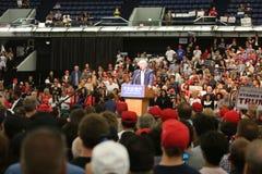 ANAHEIM CALIFORNIA, el 25 de mayo de 2016: Los millares de partidarios, muestras de la onda y muestran su ayuda para el candidato Fotografía de archivo