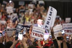 ANAHEIM KALIFORNIA, Maj 25, 2016: Tysiące zwolennicy, fala znaki i pokazują ich poparcie dla kandyday na prezydenta Donald J Zdjęcie Royalty Free