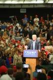 ANAHEIM KALIFORNIA, Maj 25, 2016: Tysiące zwolennicy, fala znaki i pokazują ich poparcie dla kandyday na prezydenta Donald J Obrazy Stock