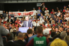 ANAHEIM KALIFORNIA, Maj 25, 2016: Tysiące zwolennicy, fala znaki i pokazują ich poparcie dla kandyday na prezydenta Donald J obraz stock