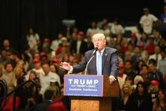 ANAHEIM KALIFORNIEN, am 25. Mai 2016: Tausenden Anhänger, Wellenzeichen und zeigen ihre Unterstützung für Präsidentschaftsanwärte Stockfotos