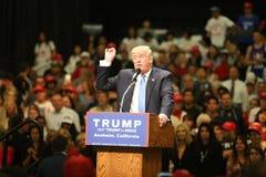 ANAHEIM KALIFORNIEN, am 25. Mai 2016: Tausenden Anhänger, Wellenzeichen und zeigen ihre Unterstützung für Präsidentschaftsanwärte lizenzfreies stockbild