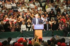 ANAHEIM KALIFORNIEN, Maj 25, 2016: Tusentals supportrar, vågtecknet och visar deras service för presidentkandidaten Donald J Arkivfoton