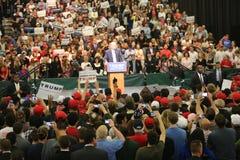 ANAHEIM KALIFORNIEN, Maj 25, 2016: Tusentals supportrar, vågtecknet och visar deras service för presidentkandidaten Donald J Arkivfoto