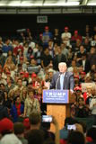 ANAHEIM KALIFORNIEN, Maj 25, 2016: Tusentals supportrar, vågtecknet och visar deras service för presidentkandidaten Donald J Arkivbilder