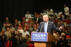 ANAHEIM KALIFORNIEN, Maj 25, 2016: Tusentals supportrar, vågtecknet och visar deras service för presidentkandidaten Donald J Royaltyfria Bilder