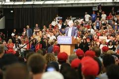 ANAHEIM KALIFORNIEN, Maj 25, 2016: Tusentals supportrar, vågtecknet och visar deras service för presidentkandidaten Donald J Arkivbild