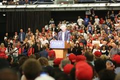 ANAHEIM KALIFORNIEN, Maj 25, 2016: Tusentals supportrar, vågtecknet och visar deras service för presidentkandidaten Donald J Royaltyfri Bild